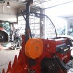 Hilfswinde für Forstarbeit auf rotem Traktor